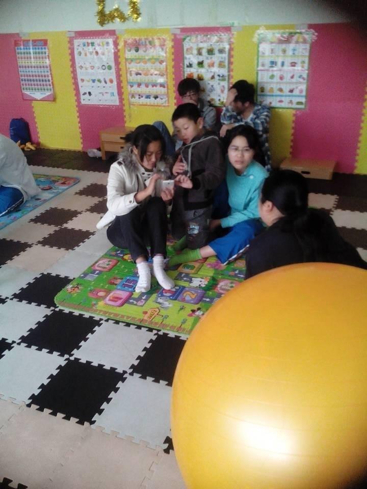 随后团委一行12人参与了儿童的康复治疗课程,不仅仅为孩子们带去欢乐,而且从中学到了康复知识。
