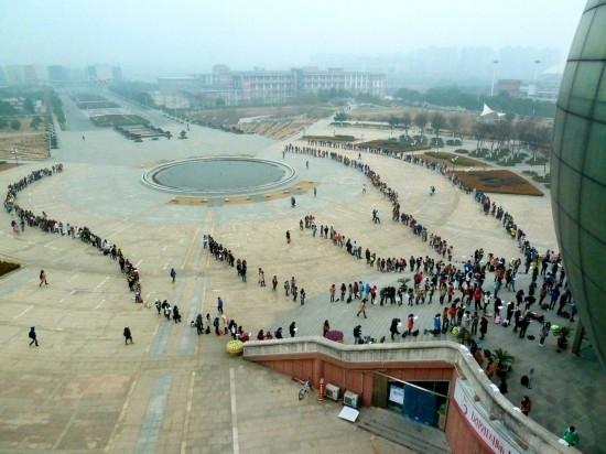 2015年1月8日,南京最低气温零下2度,室外草叶表面结了一层白霜。7:40许,南京财经大学学生们开始汇集到图书馆门前广场有序排队,短短10多分钟,场景蔚为壮观堪比春运。