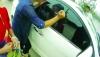 3岁娃困在车内,民警砸窗救人